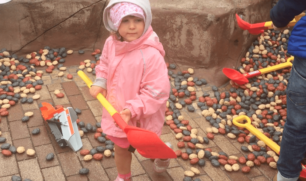 Parco Playmobil bimba gioca nella miniera