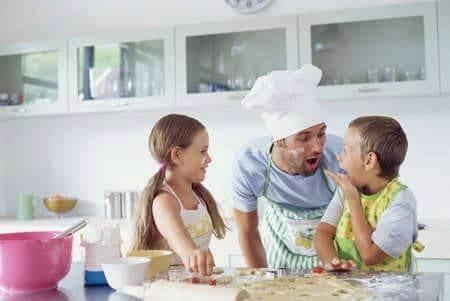 Genitori e figli in cucina a Napoli