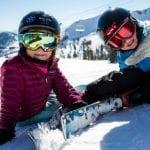 Bambin isulla neve con maschera e sci