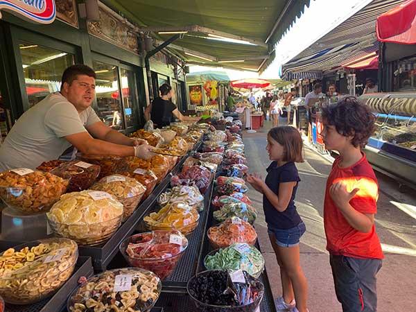 bambini al mercato