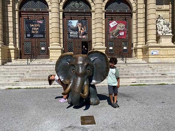 bambini co nstatua elefante davanti al museo di storia naturale di Vienn