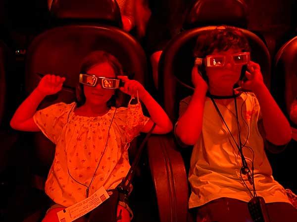 bambini con occhiali 3d