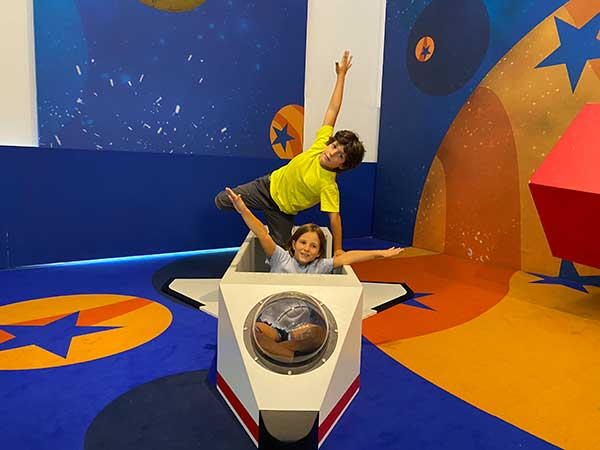 bambini su aereo gioco