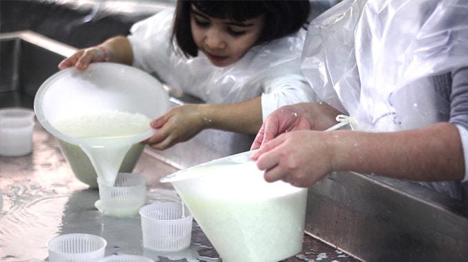 bambini fanno il formaggio