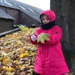bambina con foglie autunnali