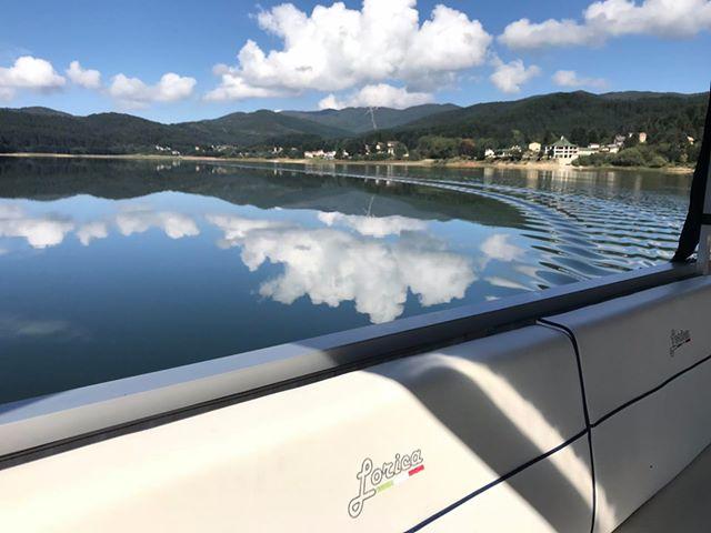 lago lorica con battello