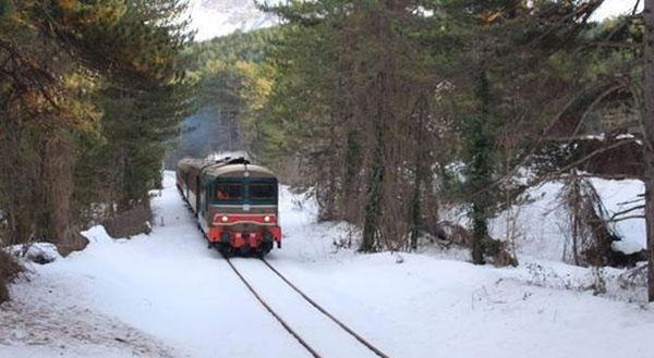 treno storico nella neve