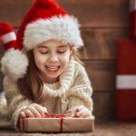 bambina con cappello di natale e regalo