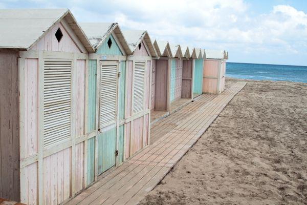 casette di legno cabine colorate sul mare