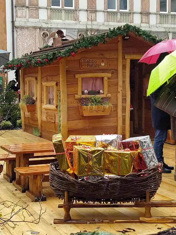 slitta in legno di babbo natale al mercatin odi trento