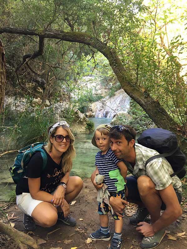 Cascate di Polilimnio , in primo piano famiglia, mamma papà bimbo