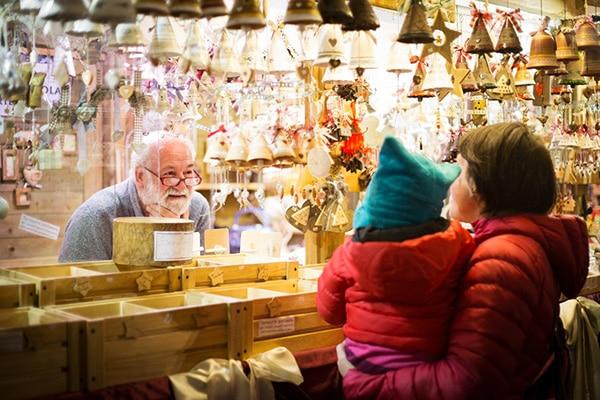 mamma bambino guardano bancarella mercatino Natale di Trento