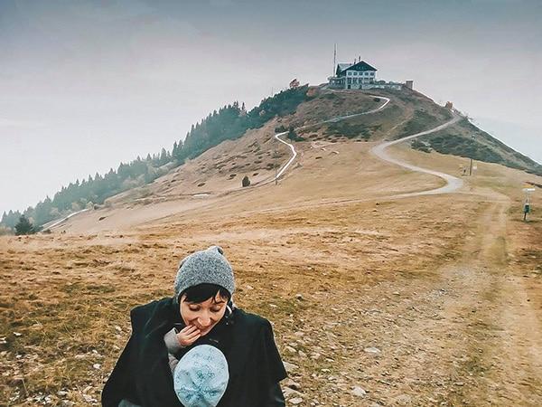 mamma bambino sull osfondo autunno con collina in Piemonte
