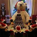 pinguini pupazzi e orso pupazzo seduti a tavolata di Natale