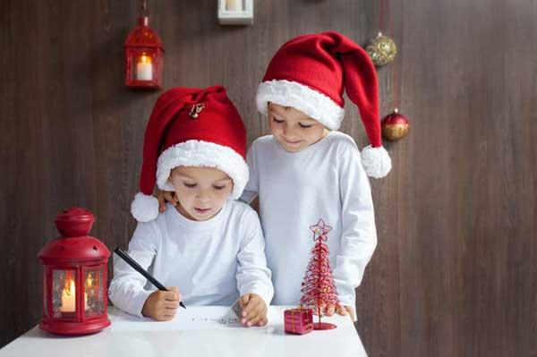 bambini con cappello di babbo Natale