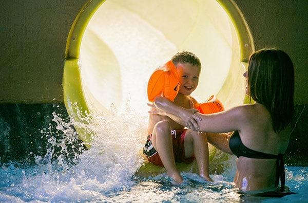 bambino piscina scivolo con mamma
