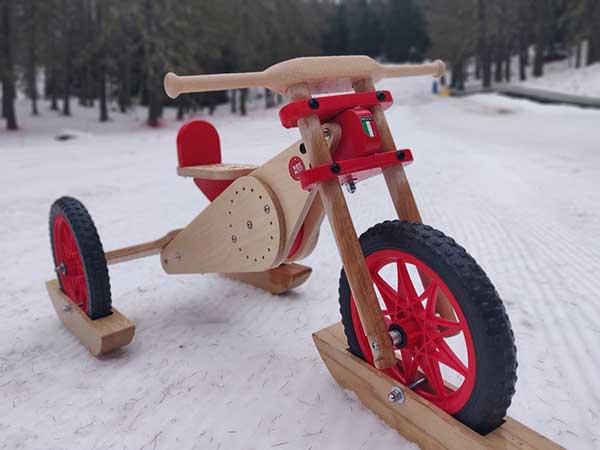 moto di legno per bambini nella neve