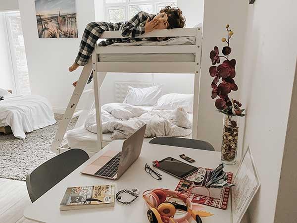 bambino su letto a castello