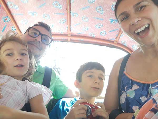 famiglia in tuk tuk