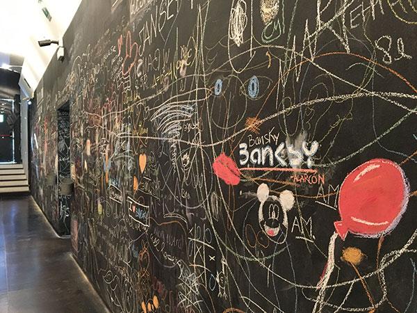 lavagna con disegni Bansky