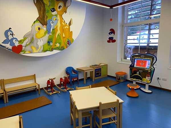 area gioco bambini con tavolini e computer sul Cermis