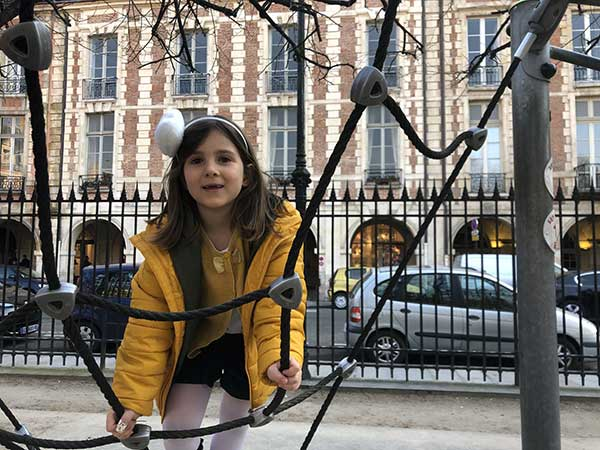Parigi Place des Vosges parco giochi bambina