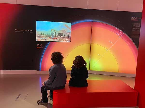 Salisbrugo musei bambini museo natura scienza bimba e bimbo guardano video