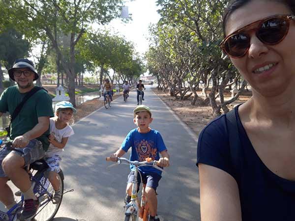 famiglia in bici a Sukothai