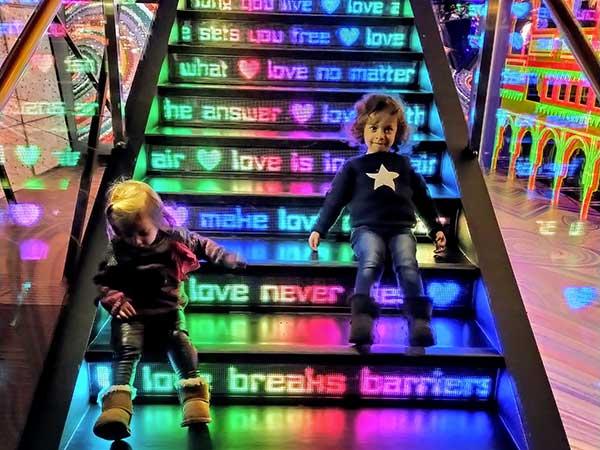 museo Swarovski bambine sacale colorate