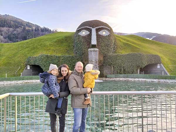 famiglia davanti al gigante museo Swaroski