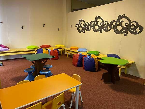 area gioco bimbi con tavolini e sedie