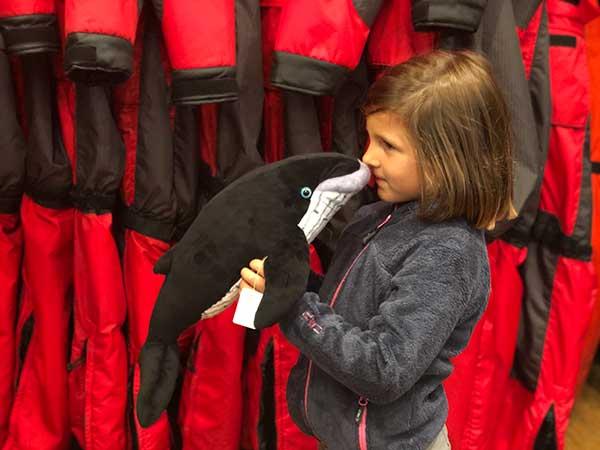bambina con peluches balena