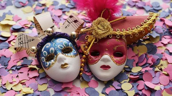 maschere di carnevale sopra coriandoli