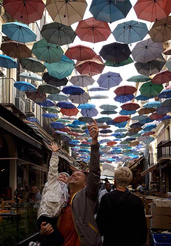 catania ombrelli colorati nel mercato del pesce