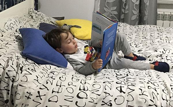 bambino legge a letto