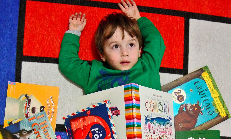 bambino tra i libri