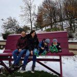 panchina gigante con famiglia