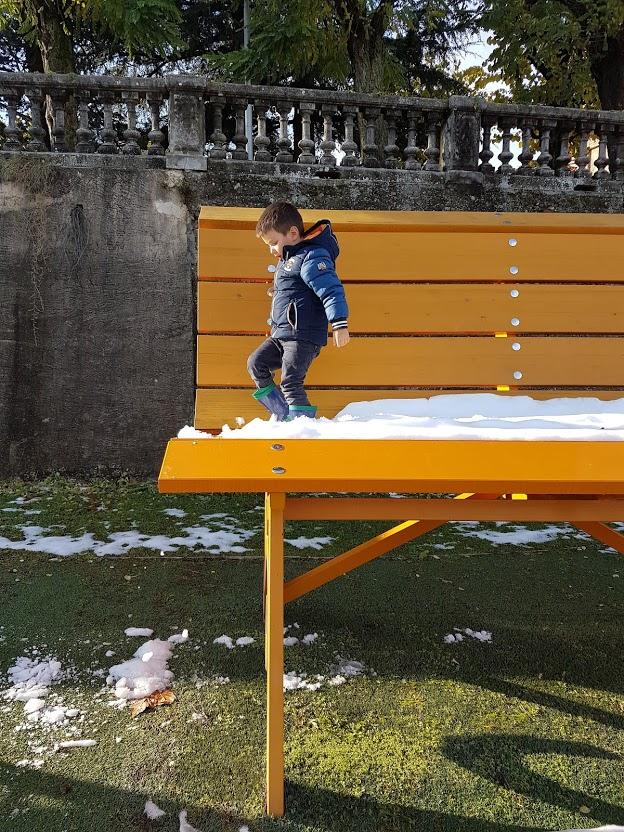 bambino su panchina gigante