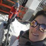mamma bambino sulla neve selfie