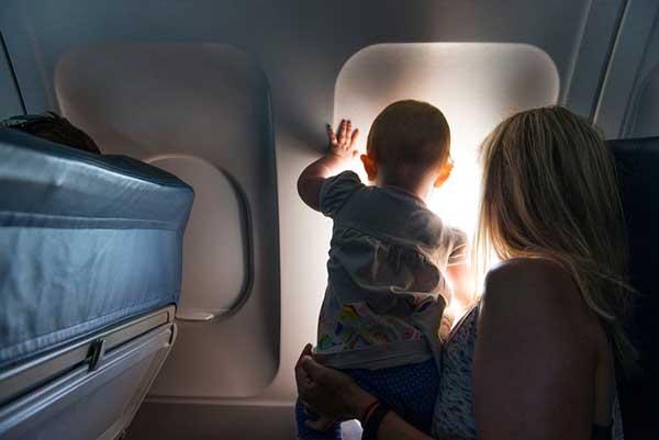 bambino in aereo con mamma