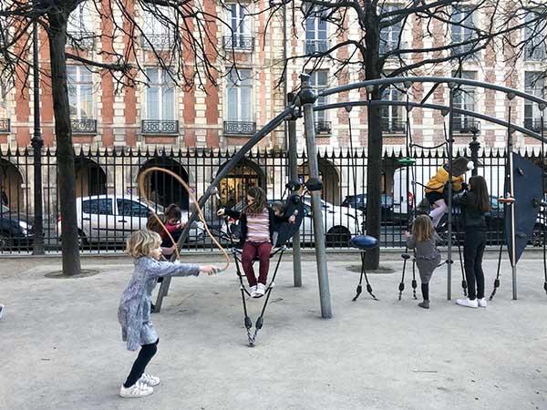 bambini giocano in playground parigi