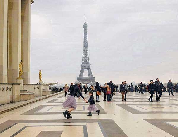 Tour Eiffel mamma bambina ballano