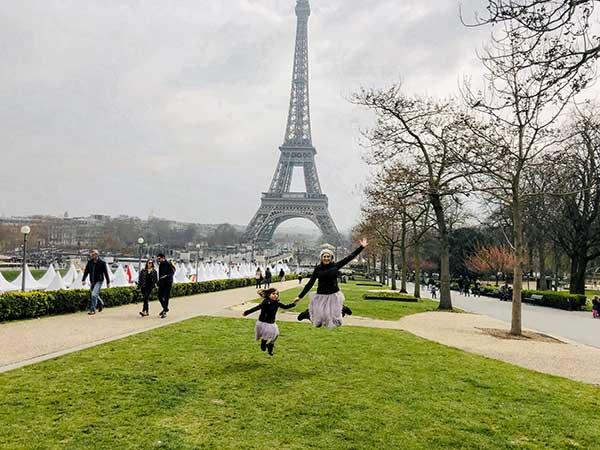 Torre Eifelle mamma bambina salto