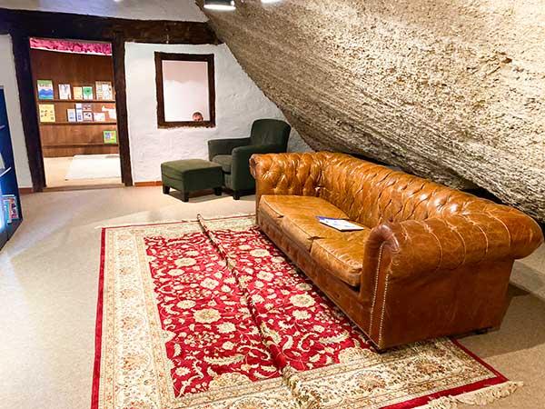 divano con tappeto