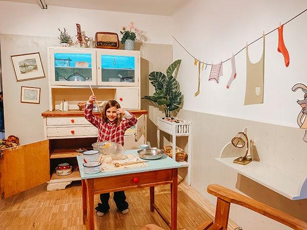 bambina cucina nella cucina di Pippi Calzelunghe