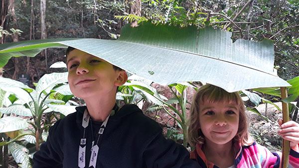 bambini sotto foglia di banano