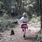 bambina corre nella jungla