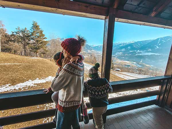 balcone sulle dolomiti con famiglia affacciata