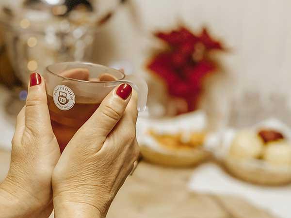 mani donna e tazza di tisana