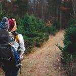 Mamma con figlio in spalla a passeggio per un sentiero